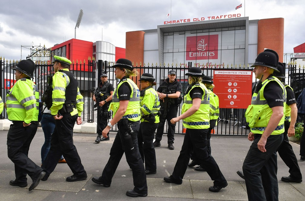 Policiais fazem patrulha do lado de fora do Old Trafford Cricket Ground, em Manchester, antes de show beneficente (Foto: Anthony Devlin / AFP)
