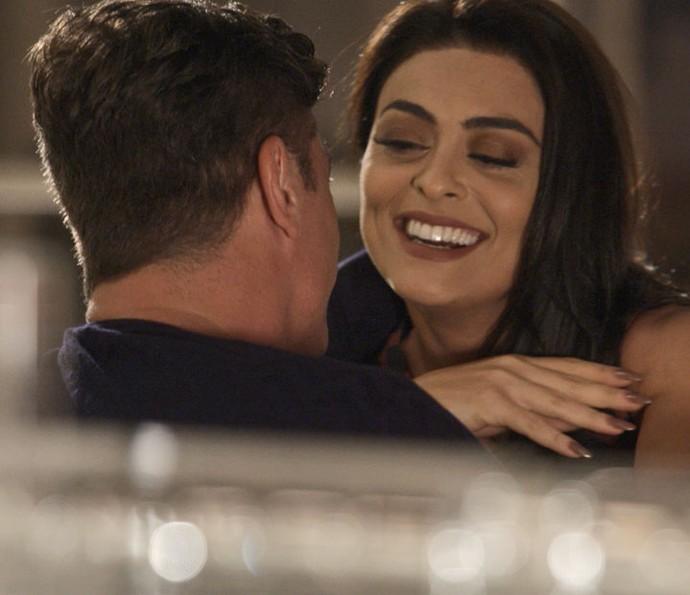 Carolina sede a sedução de Arthur e os dois dormem juntos (Foto: TV Globo)