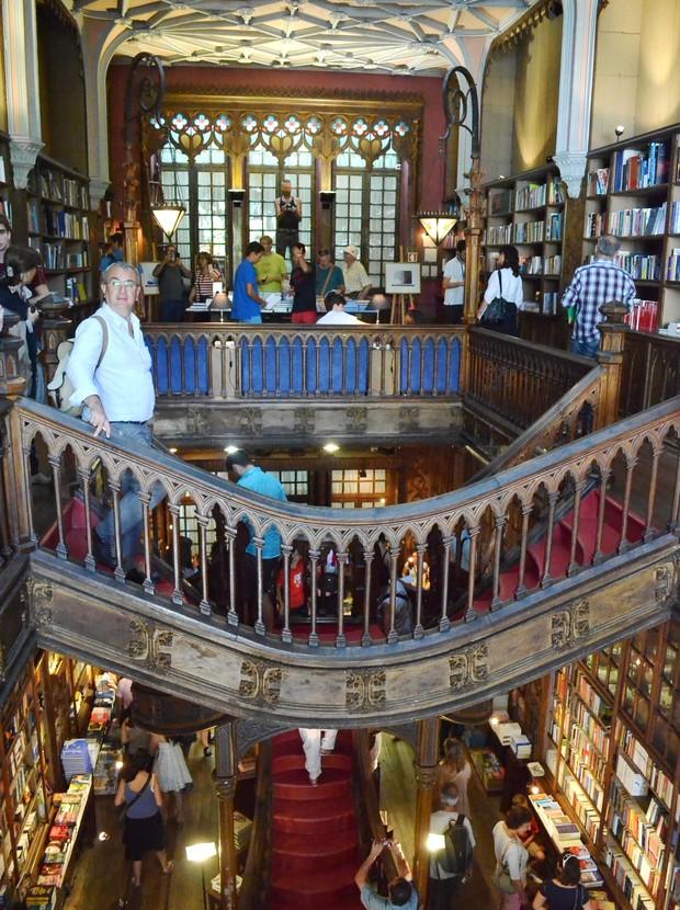 Interior da livraria, com seus detalhes rendilhados e a escada carmim (Foto: Aryane Cararo/Editora Globo)