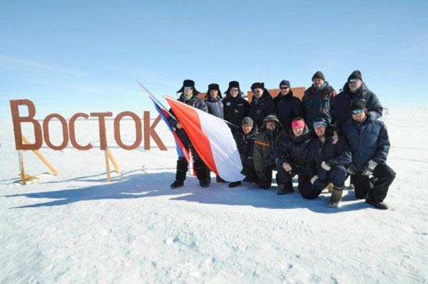 Imagem de janeiro de 2009 mostra equipe de cientistas russos na estação Vostok, no interior do Polo Sul, juntamente como o príncipe Albert II de Mônaco. Nesta segunda-feira, pesquisadores disseram ter alcançado a superfície do Lago Vostok. (Foto: Palais Princier/AFP)