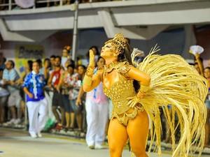 Viviane Araújo manda beijo para o público do carnaval de Vitória (Foto: Weliton Aiolfi/ G1)