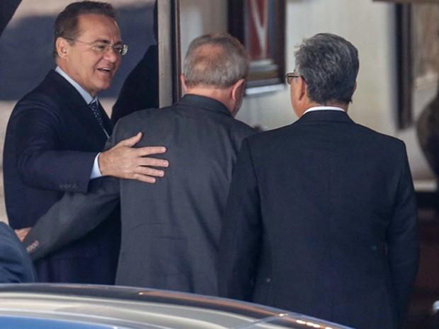Lula é cumprimentado por Renan Calheiros e Romero Jucá na chegada à residência oficial do Senado (Foto: Dida Sampaio/Estadão Conteúdo)
