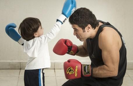 Eriberto Leão e o filho João, golpeando o pai de brincadeira Leo Martins