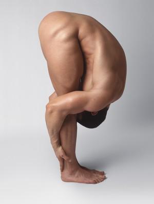 Malhar - homem nu yoga (Foto: Getty Images)