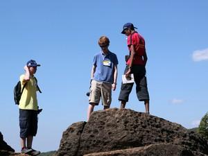 Jovens fizeram prova na Olimpíadas de Ciências da Terra em ponto turístico (Foto: Jéssica Balbino/ G1)