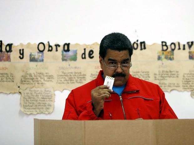 Presidente venezuelano, Nicolas Maduro, deposita seu voto em urna nas eleições deste domingo (6) em Caracas (Foto: REUTERS/Carlos Garcia Rawlins)