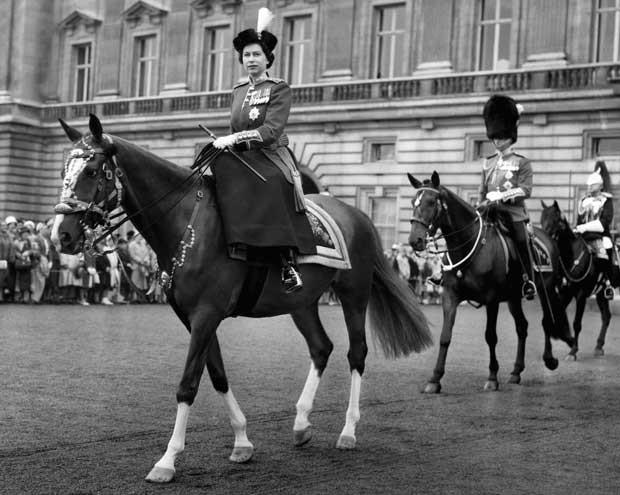 Rainha Elizabeth II, em foto de 15 de junho de 1960. (Foto: AP)