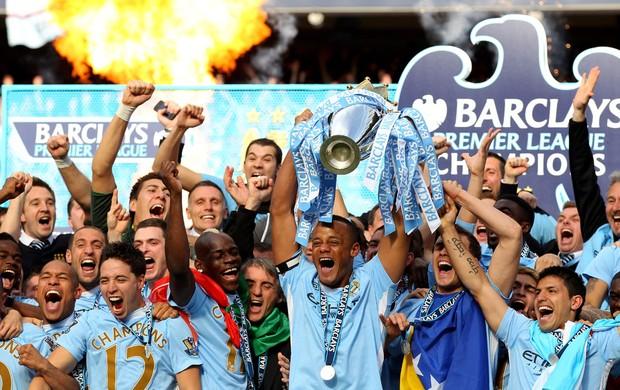 kompany Manchester City ergue a taça de campeão (Foto: Agência Getty Images)