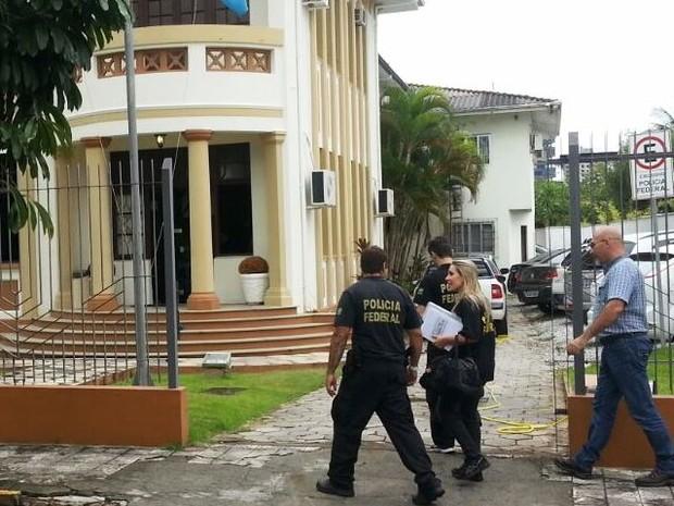 Alguns dos materias apreendidos chegaram na delegacia da PF em Itajaí (Foto: Bianca Ingleto/RBS TV)