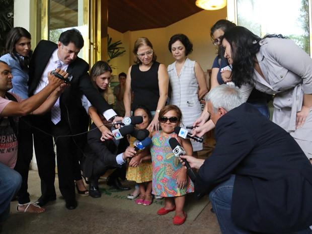 Filhas de Nelson Ned dão entrevista durante velório (Foto: Vanessa Carvalho/Brazil Photo Press/Estadão Conteúdo )