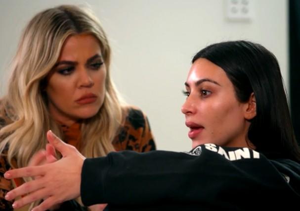 Kim relembra a cena aterrorizante em conversa com as irmãs Khloé e Kourtney Kardashian (Foto: Reprodução )