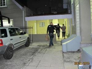 Presos são levados para a Demafe, em Curitiba.  (Foto: Divulgação / Polícia Civil)