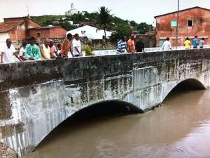 Ponte em Laranjeiras foi isolada com a alta do Rio Cotinguiba (Foto: Reprodução/TV Sergipe)