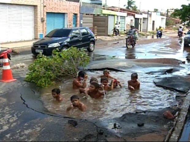 Brucao vira piscina em Juazeiro do Norte, no interior do Ceará (Foto: TV Verdes Mares Cariri/Reprodução)