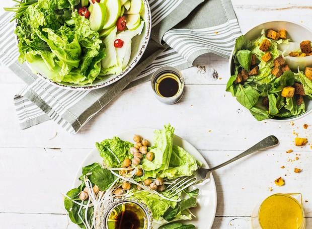 Salada de rúcula, agrião e acelga com variações (Foto: Elisa Correa / Editora Globo)
