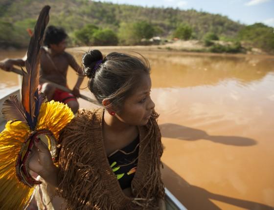 Índios da tribo Krenak fecharam na tarde desta sexta-feira (13) uma das linhas férreas da   cidade de Resplendor (Foto:  LINCON ZARBIETTI/O TEMPO/ESTADÃO CONTEÚDO)