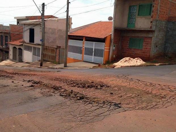 Buraco fica na Rua Eleutério Malerba no Jardim Medeiros (Foto: Fernanda Giovani/Arquivo Pessoal)