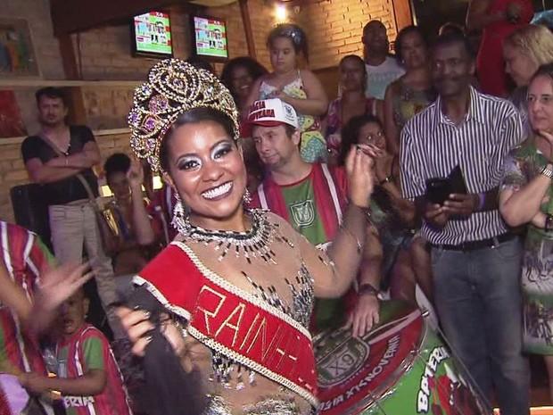 Natasha Brenda, de 19 anos, foi eleita rainha de bateria da x-9 (Foto: Reprodução / TV Tribuna)