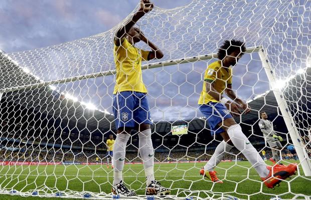 Jogadores brasileiros lamentam mais um gol marcado pela Alemanha durante a partida (Foto: EFE/Fernando Bizerra Jr.)