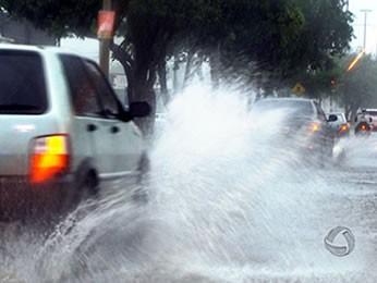 Temporal alagou ruas de Cuiabá (Foto: Reprodução / TVCA)