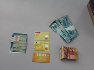 Documentos, dinheiro e cartões bancários da vítima (Foto: Amanda Franco/ G1)