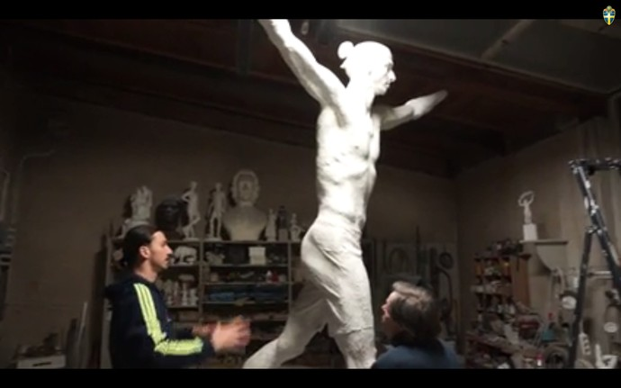 Ibrahimovic estátua (Foto: Reprodução)