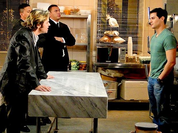 Com o apoio de dois seguranças, Tom faz proposta tensa para Inácio (Foto: Cheias de Charme / TV Globo)