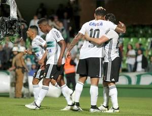 Kléber e Kazim comemorando gol