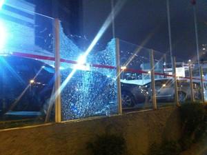 vidro concessionária quebrado (Foto: G1)