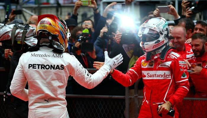 Lewis Hamilton e Sebastian Vettel se cumprimentam após o GP da China