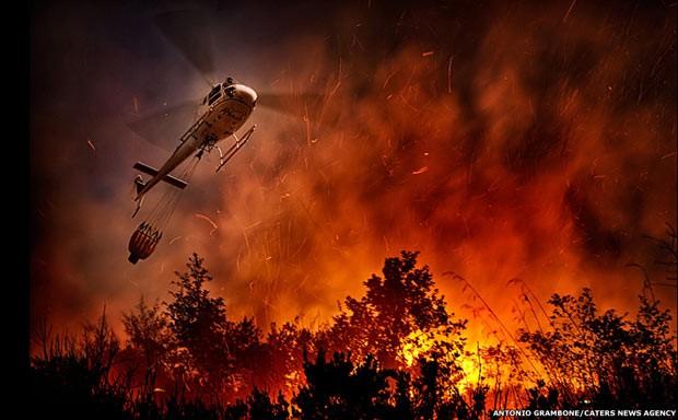 Bombeiros enfrentam chamas gigantes em florestas da Itália (Foto: Antonio Grambone/Caters)