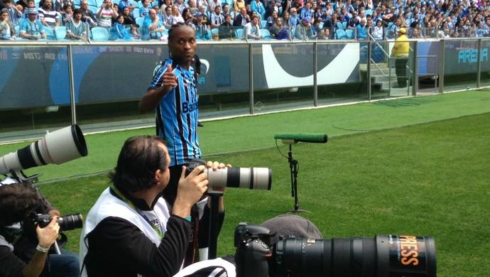 Zé Roberto recebe carinho da torcida na Arena (Foto: Diego Guichard)