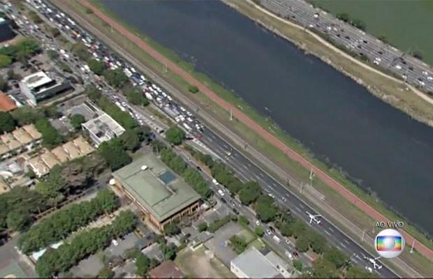 Helicóptero Águia da PM quebrou no meio da pista expressada Marginal Pinheiros e provocou trânsito (Foto: TV Globo/Reprodução)