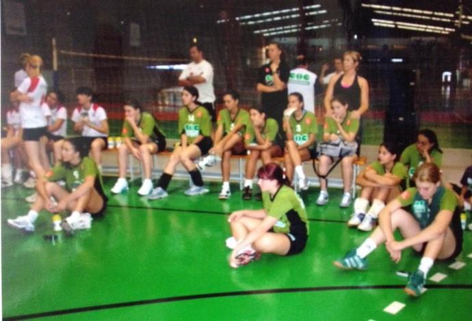 Ana Paula (à direita) já foi jogadora de vôlei de quadra quando nova (Foto: Arquivo Pessoal)