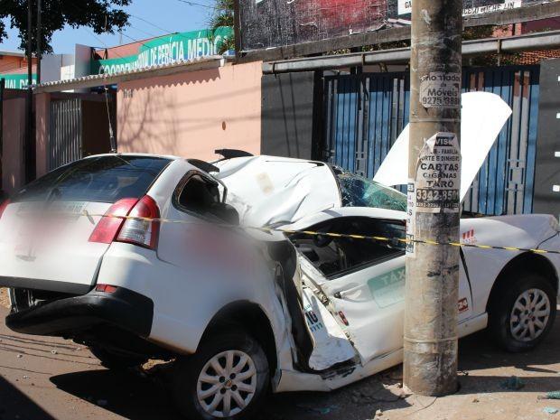 Táxi ficou destruído após bater em outro carro e em poste (Foto: Priscilla dos Santos/ G1 MS)