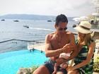 Luiza Valdetaro posa com o marido e a filha: 'Sophia estreando seu bronze'