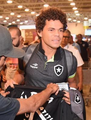 Camilo também foi para pelos torcedores antes de entrar no saguão de embarque (Foto: André Durão)