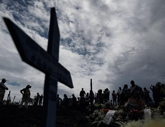 Parentes assistem ao enterro de um preso  dos presos mortos em Manaus.Foi a maior tragédia em cadeias braileiras em 25 anos (Foto:  Ueslei Marcelino / Reuters)
