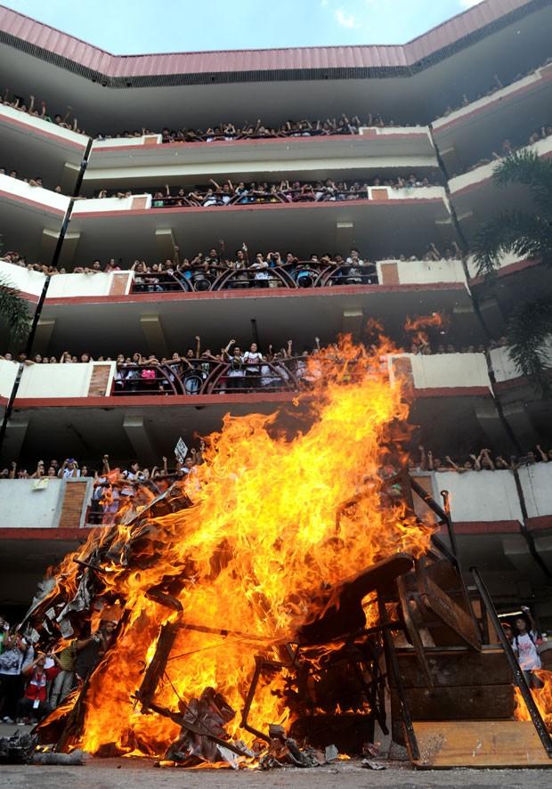 Fogueira foi feita com os materiais e equipamentos (Foto: Noel Celis/AFP)