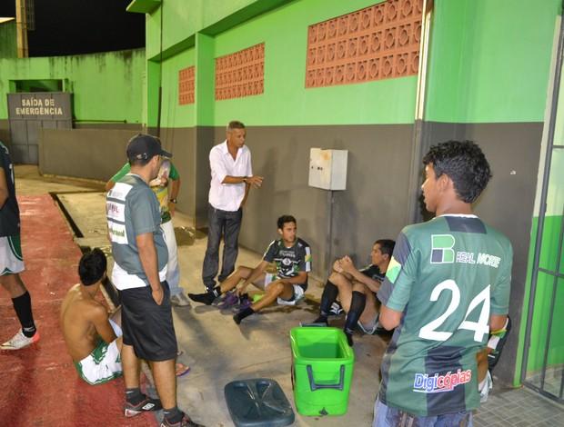 Técnico Mário Jorge (ao fundo), orientando jogadores do Plácido de Castro. (Foto: Wescley Camelo / Globoesporte.com)