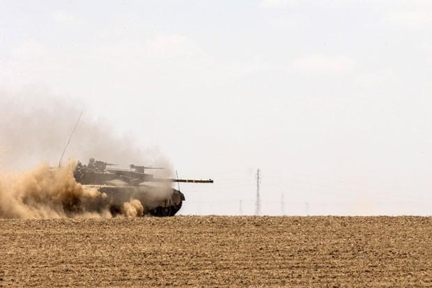 Tanque israelense é visto na fronteira com a Faixa de Gaza nesta segunda-feira (14) (Foto: Jack Guez/AFP)