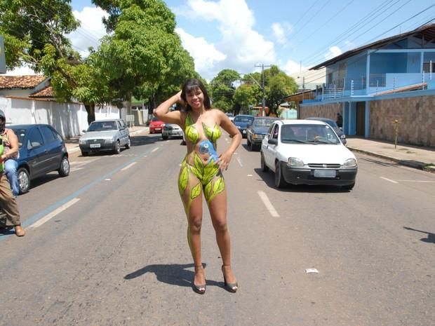 Modelo Samara Coutinho, de 20 anos, com o corpo pintado, em Macapá (Foto: Gabriel Penha/G1)