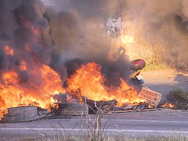 Motociclistas se arriscam no fogo durante o protesto  (Foto: Reprodução/TV Globo)