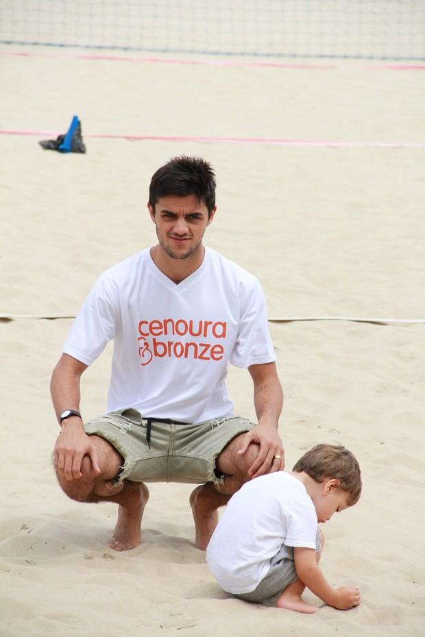 Felipe Simas na praia de Copacabana (Foto: JC Pereira/AgNews)