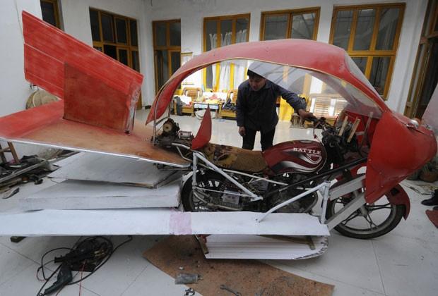 Zhang Xuelin usou peças de madeira e plástico para transformar moto em avião (Foto: China Daily/Reuters)