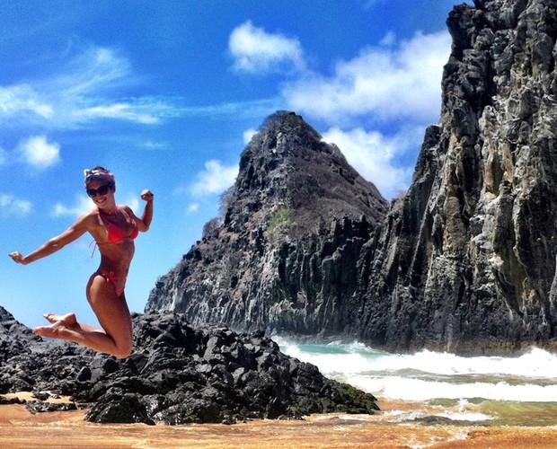 Curtindo as férias, Talitha Morete brinca e dá salto na Praia da Cacimba do Padre (Foto: Arquivo Pessoal)