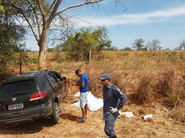 Carro saiu da pista e acertou uma árvore (Foto: Corpo de Bombeiros/ Divulgação)