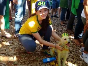 Estudante Gabriela Czepak leva para o protesto a vira-lata Lady, pintada de verde e amarelo, em Goiânia, Goiás (Foto: Sílvio Túlio/ G1)