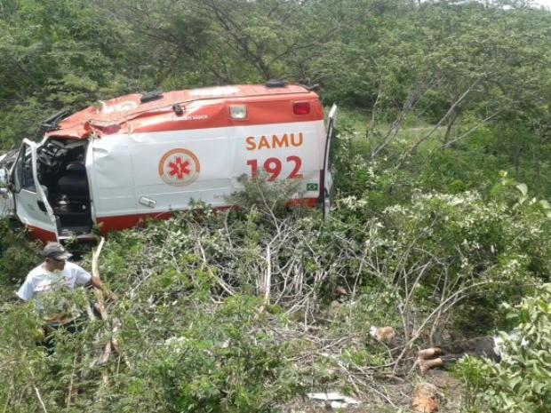 Ambulância transportava paciente do interior do Ceará para Fortaleza (Foto: PRF/Divulgação)