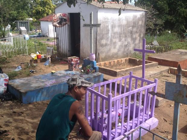 Jazigo fica próximo a túmulo da filha do casal (Foto: Dayanne Saldanha/G1)